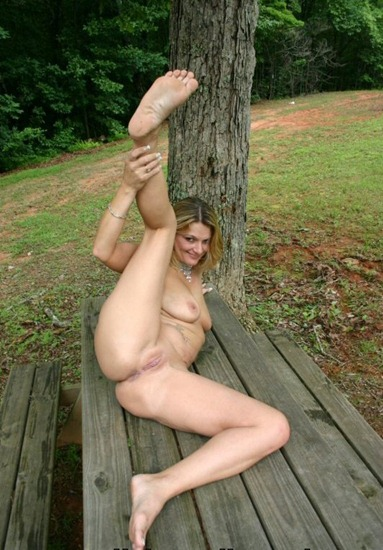 countrygirl-naked-in-the-park